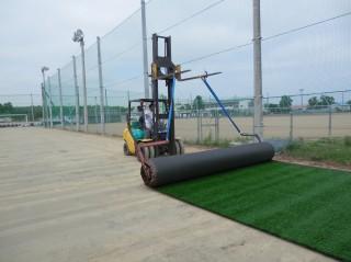 ロール状の人工芝を延ばして設置